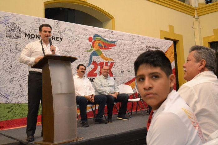 Entrega Adrián de la Garza donativo del 21K a CAM´s de Monterrey