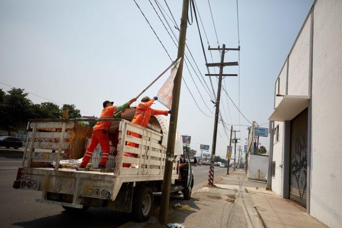 Buscan un Monterrey más limpio, retiran pendones de vía pública