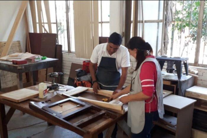 Gradúa Cristina Díaz a mujeres con aprendizaje en mécanica automotriz, albañilería y carpintería