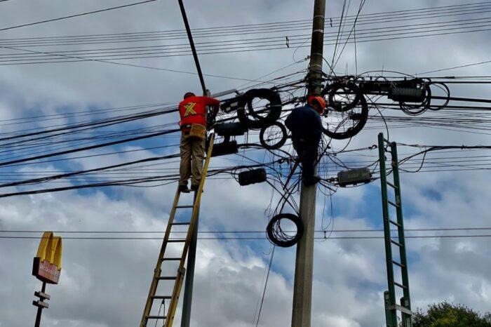 Continúa Monterrey operativo de retiro de cableado aéreo en desuso