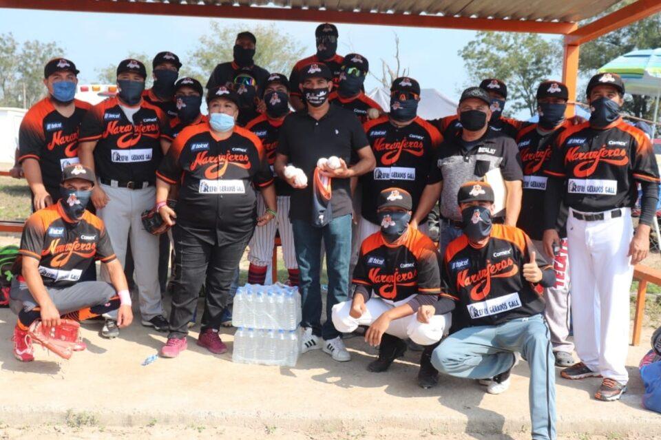 Entrega Ernesto Quintanilla la construcción de baños en campo de béisbol del área rural