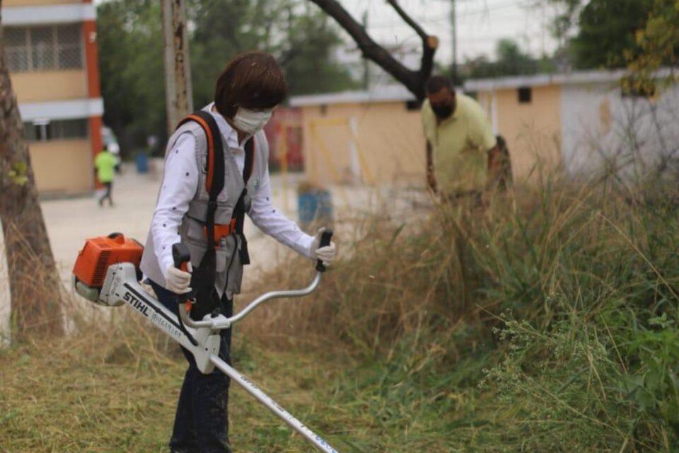 Mantiene Gobierno de Guadalupe labores de deshierbe en escuelas
