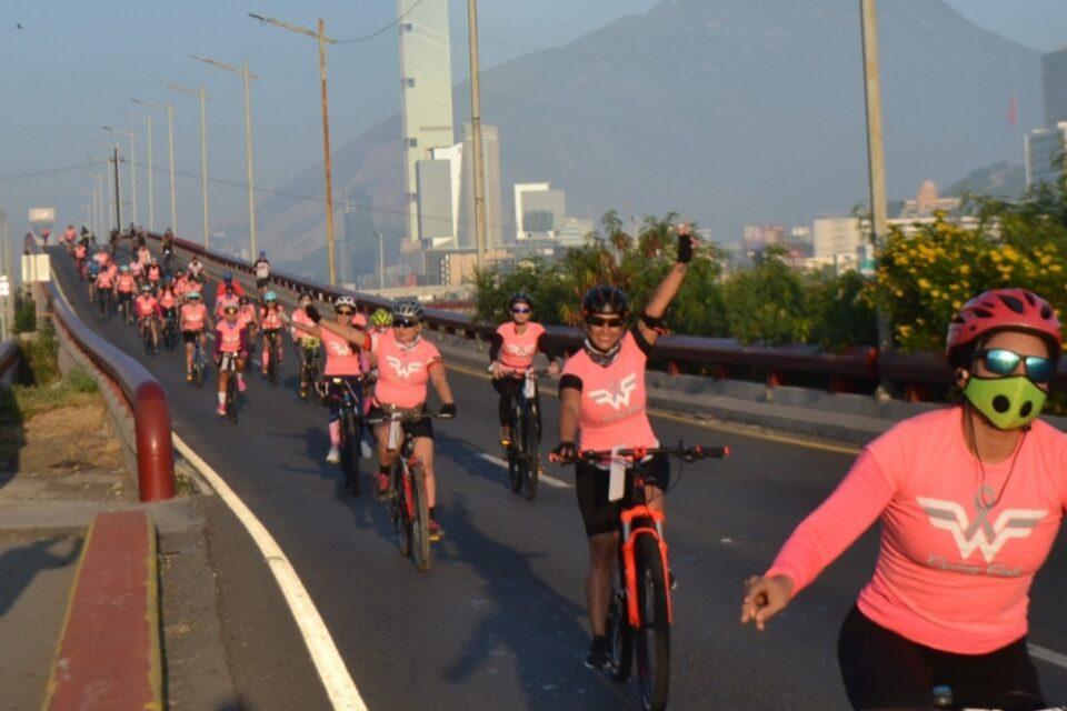 """""""Invade"""" oleada rosa Vía Deportiva de Monterrey"""