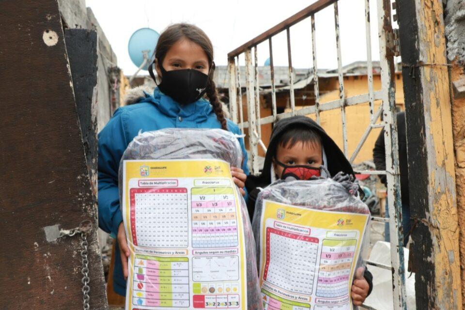 Distribuyen kits escolares a niñas y niños de Guadalupe