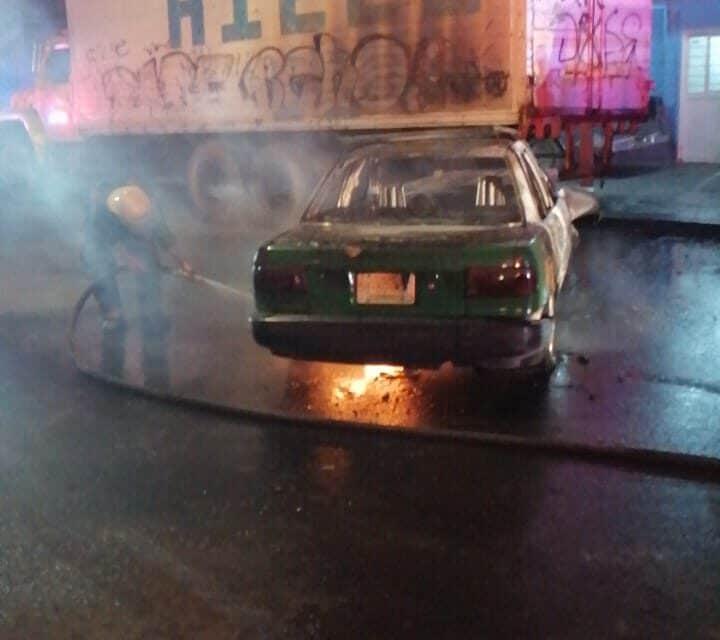 Taxi se incendia luego de estrellarse con camión