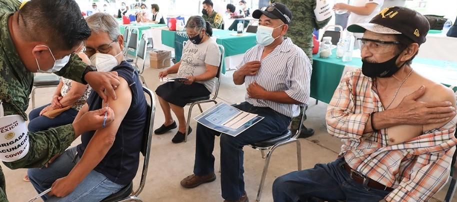Vacunan en Monterrey a más de 110 mil, operan módulos este fin de semana