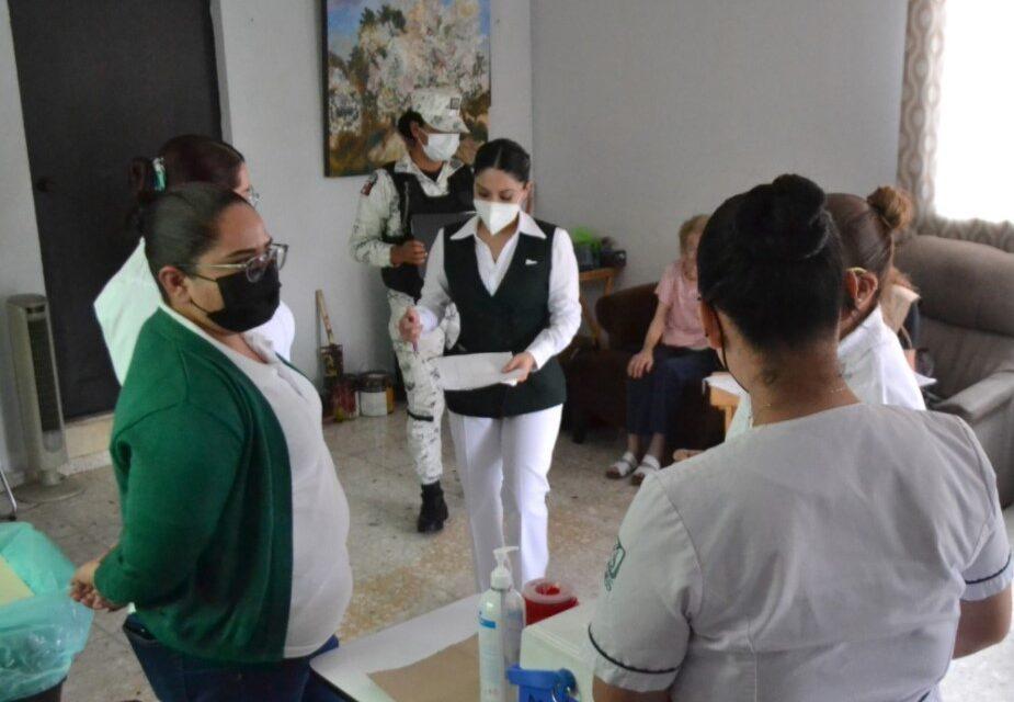 Inicia Monterrey vacunación itinerante en asilos