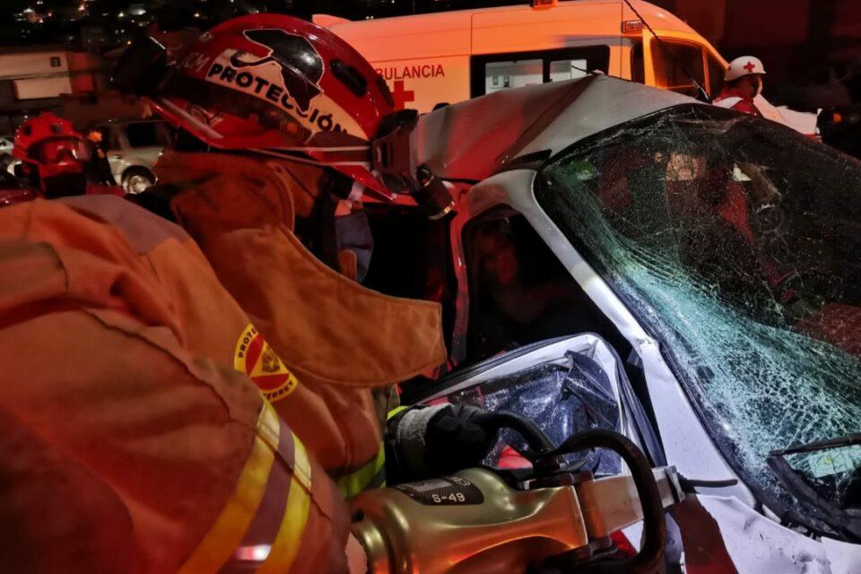 Tras accidente queda mujer prensada en Avenida Alfonso Reyes